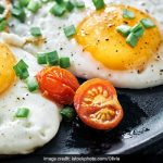 High-Protein Breakfast: How To Make Fried Eggs In A Microwave (Recipe Video  Inside) - Pehal News