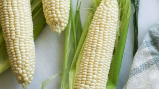 How To Microwave Corn On The Cob (Fast & Easy) - Hungry Huy